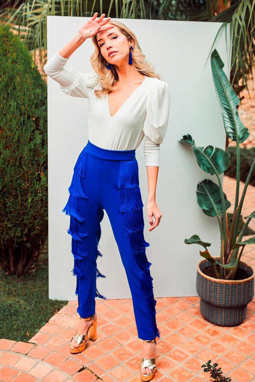 Body blanco y pantalón flecos azul klein