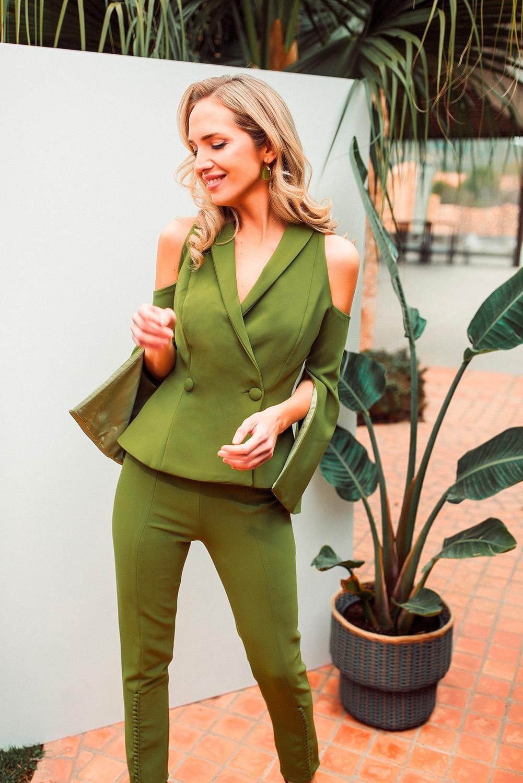 Conjunto chaqueta y pantalón verde oliva realizado en doble crepe stretch totalmente elástico.