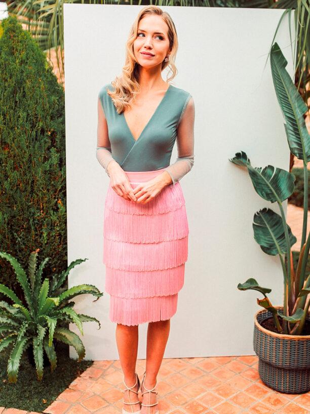 Body gris y falda flecos rosa palo