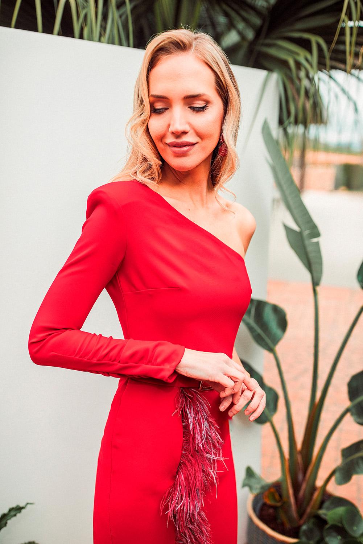 Vestido corto rojo asimétrico con plumaje