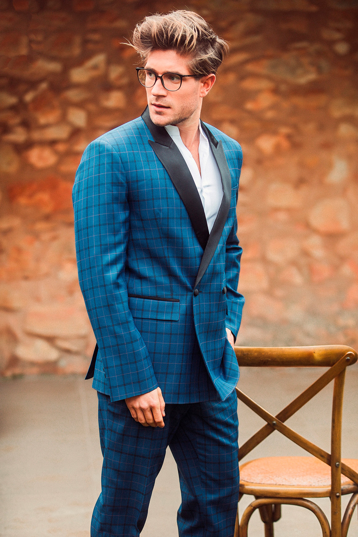 Traje de hombre cruzado con estampado de cuadros en tono azul petroleo.