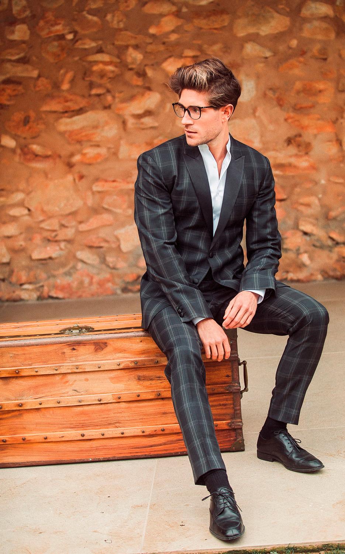 Traje de hombre con estampado de cuadros en tono negro y blanco.