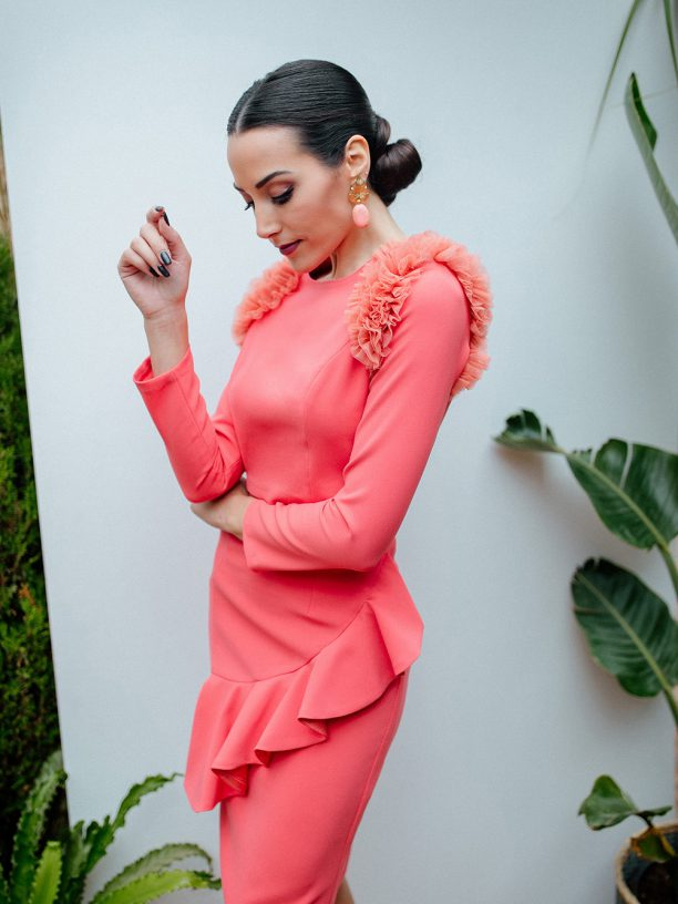 Top y falda color coral con detalle en los hombros fruncido