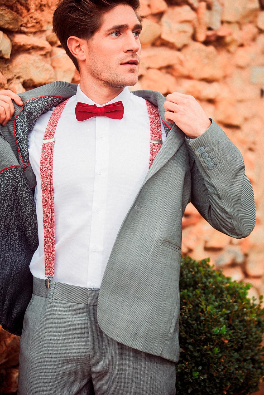 Traje de hombre entallado en tono gris.