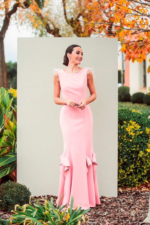 Vestido largo rosa empolvado con espalda de plumas